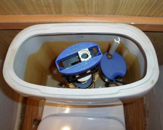 подтекает вода из бачка в унитаз не поплавок